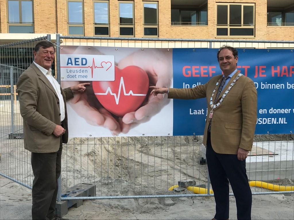 AED's zijn van levensbelang, weten Jaap Ketel (links) en burgemeester Gerolf Bouwmeester. Willem Eelman © BDU media