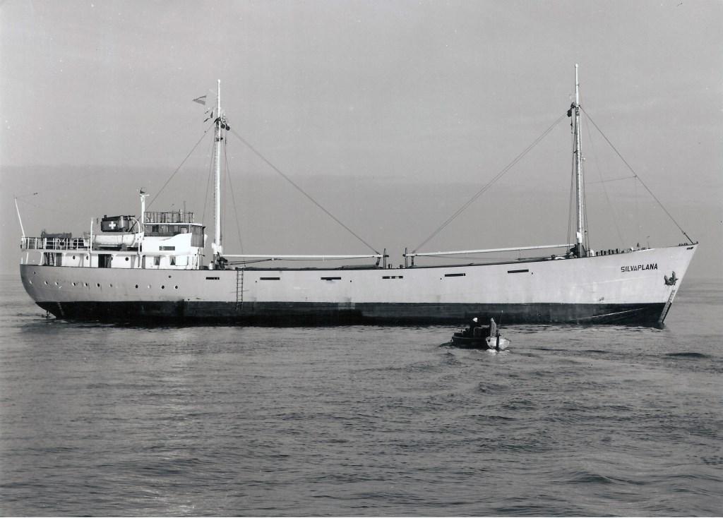 De 630 ton metende Silvaplana en Silvretta leken wel jachten. De Silvretta werd in 1969 omgebouwd tot zeezender Radio Noordzee en herdoopt in Mebo II.  Collectie Willem Moojen © BDU
