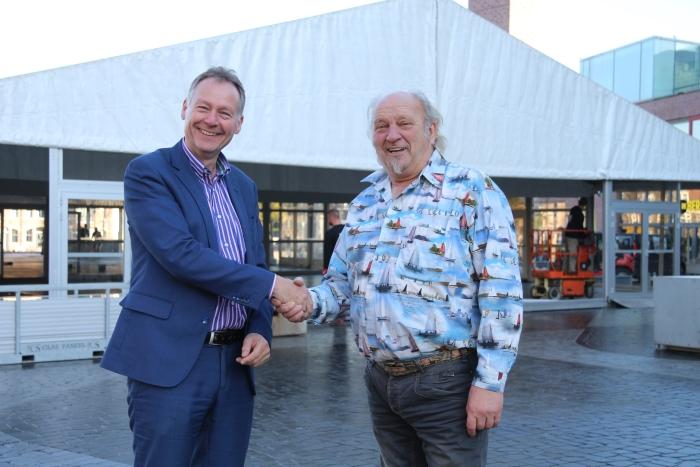 Directeur Dick van Maanen (links) bedankt André van Gelderen voor de vrijkaartjes voor het WinterparadIJS.