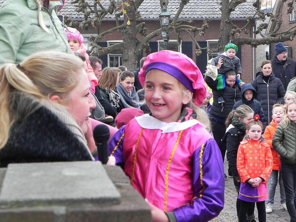 Esmée zong een prachtig liedje om Sinterklaas te roepen.