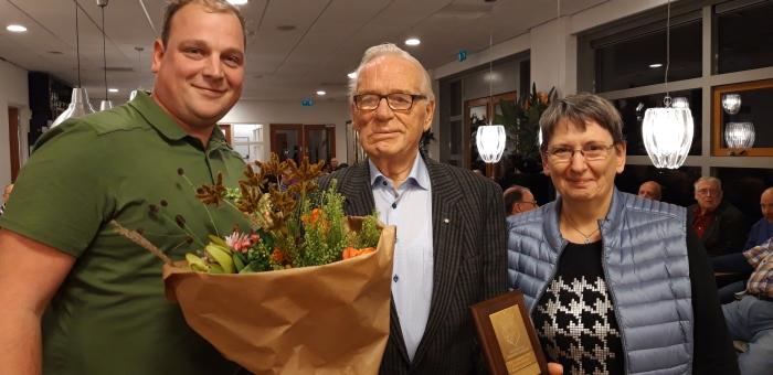 Op de foto staat de heer Hardeman te midden van voorzitter Robert Hannessen en penningmeester Jenny Daams.