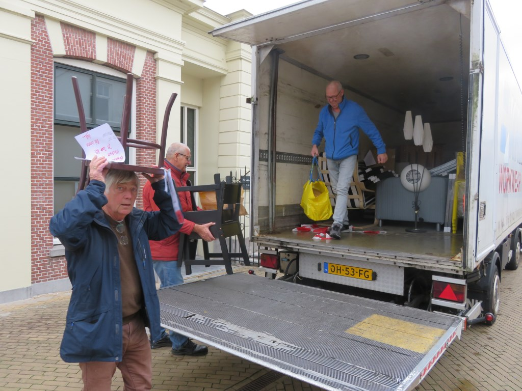 Een hele vrachtwagen met IKEAspullen arriveerde op de Kerkbuurt. Jan Wieman © BDU media