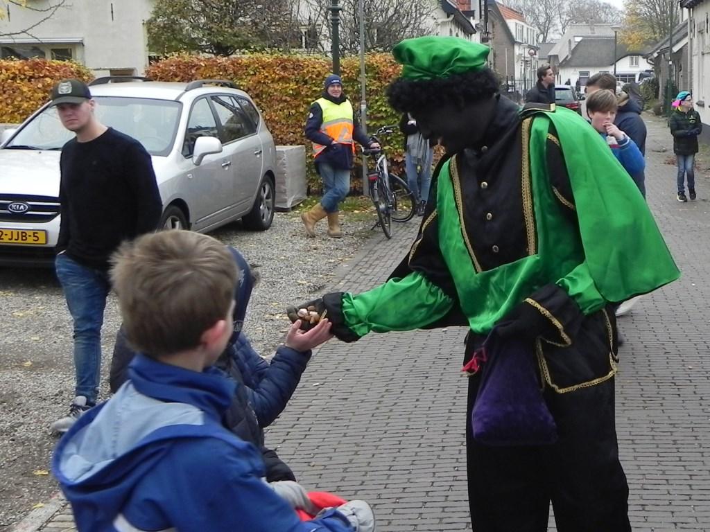 Zwarte Piet zorgt er voor dat ieder kind wat lekkers ontvangt. Richard Thoolen © BDU media