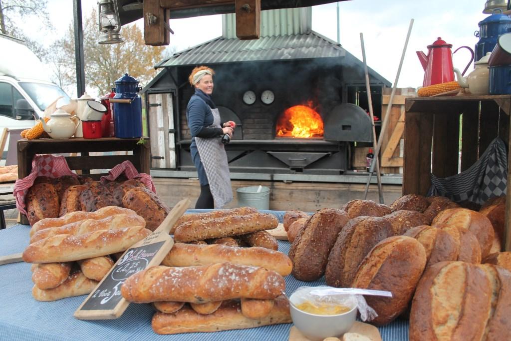 Buiten werd ambachtelijk brood gebakken in een houtoven Hannie van de Veen © BDU media