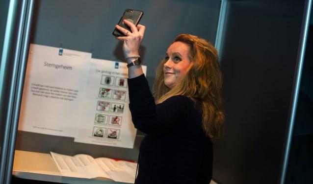 Sophie van de Meeberg maakt een selfie tijdens het stemmen.