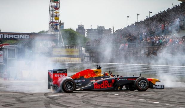 <p>Max Verstappen met zijn Formule1 wagen op het circuit van Zandvoort.</p>