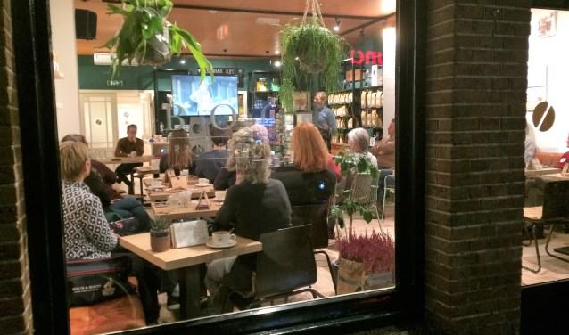 De eerste officiële ledenvergadering van Bizon in de koffiewinkel van Boot in de Laanstraat.