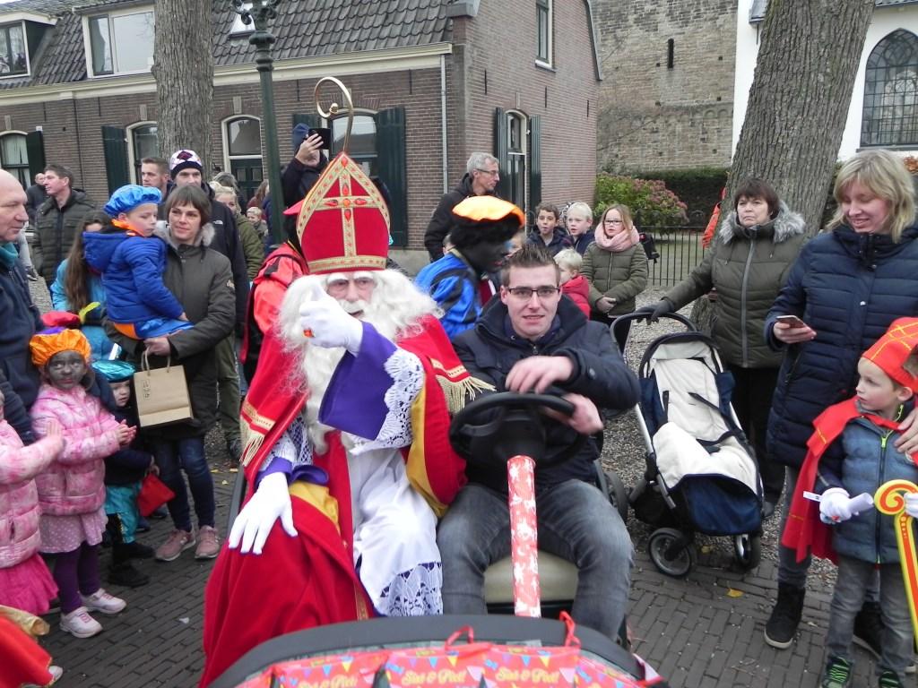 De Sintmobiel staat klaar, en Sinterklaas geeft het sein dat ze kunnen vertrekken. Richard Thoolen © BDU media