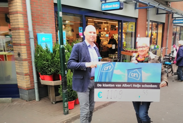 Nico Spierenburg overhandigt cheque.