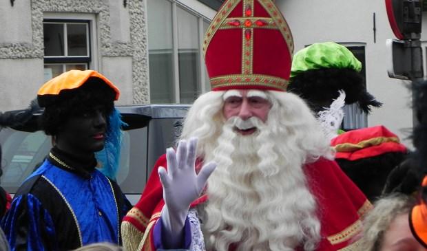Zodra Sinterklaas in Werkhoven aankomt begroet hij de kinderen die op hem afstormen. Richard Thoolen © BDU media