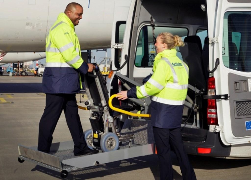Een rolstoelbus op het platform. Axxicom Airport Caddy © BDU media