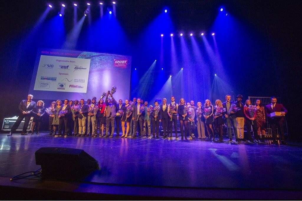 Alle prijswinnaars op het podium in De Flint.  Foto Rinus van Denderen © BDU media