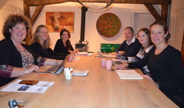 LInks: Etske Muis, Martine van Amerongen, Anouk Klaassen: rechts: Tanja Legemaat, Linda van Vemde en Hans de Vries