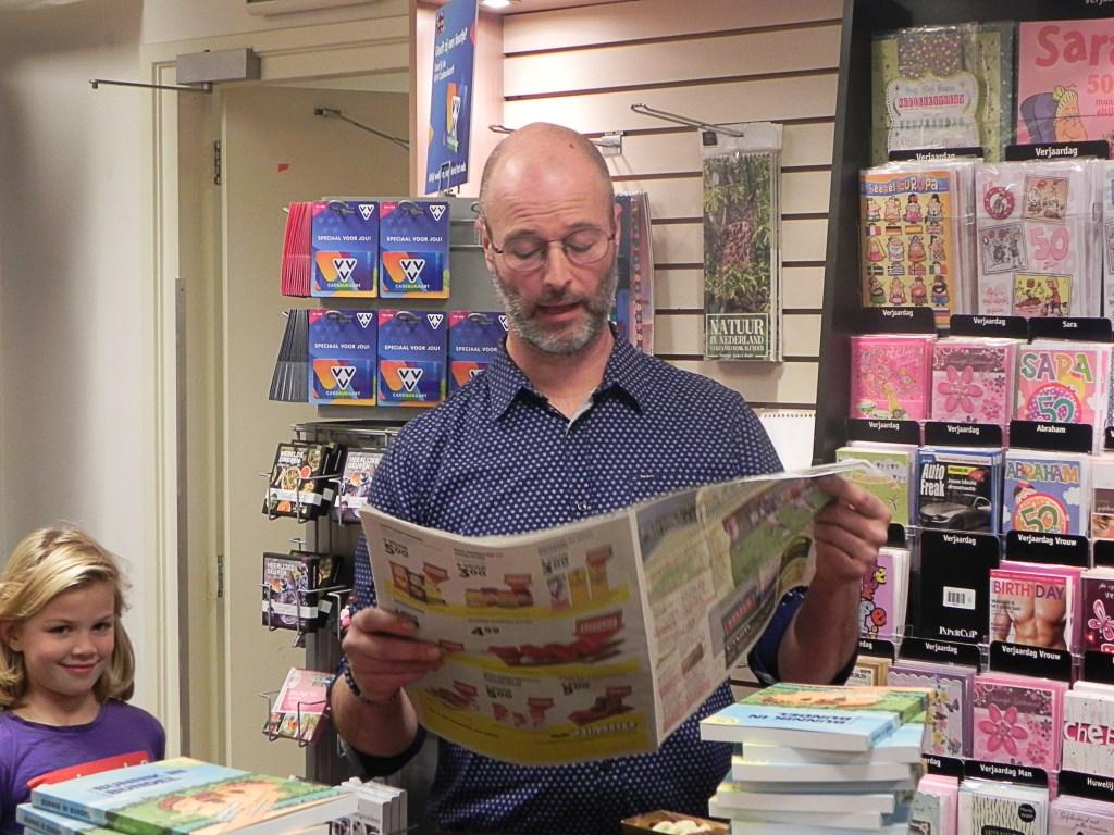 Wouter de Kleyn leest zijn column over de nieuwe burgemeester voor vanuit 't Groentje. Richard Thoolen © BDU media