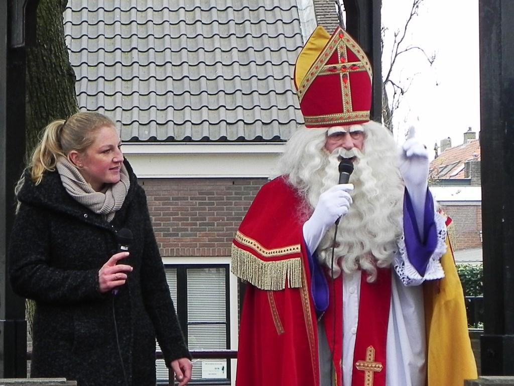 Sinterklaas steekt zijn vinger in de lucht wanneer hij iets belangrijks gaat zeggen. Richard Thoolen © BDU media