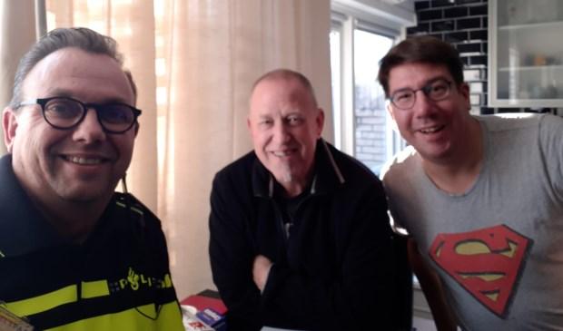 Wijkagent Frank Wintermans en bewoners Jan van den Hoek en Hans van Wees