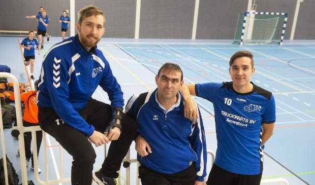 Arjan Schneiders van LHV met zijn zonen Jack en Danny die ook voor HV Eemland gaan spelen.