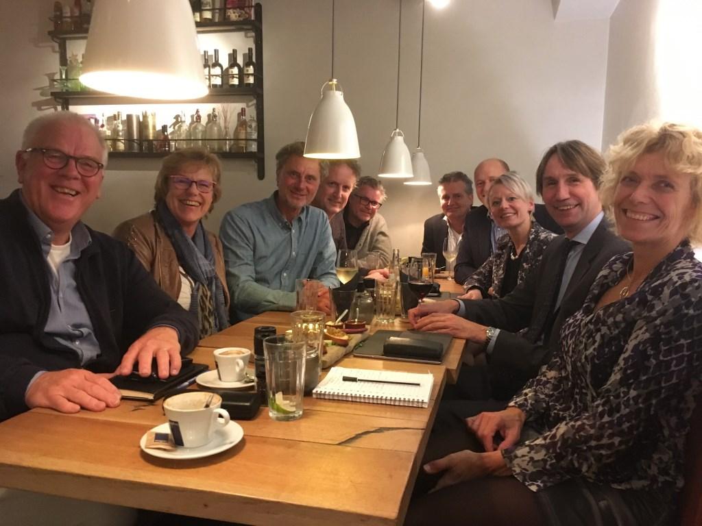 Wethouders Floor Gordon en Herbert Raat in gesprek met een vertegenwoordiging  van de markt in Amstelveen. Gemeente Amstelveen © BDU media