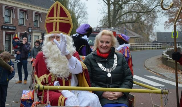 Sinterklaas met loco-burgemeester Wil Kosterman op weg naar het dorpshuis