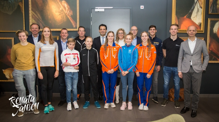 Initiatiefneemster van TopsUPport Lisanne de Roever samen met haar vijf amssadeurs en een aantal topsporters en talenten en wethouder sport Adam Elzakalai.