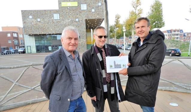 Van links af Paul Bakker, Tom Horn en Kevin van Nieuwkoop met het ontwerp van het nog te realiseren Marktgebouw.