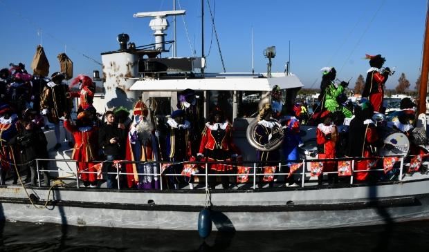 <p>Sinterklaas werd ook op deze archieffoto uit 2018 feestelijk binnengehaald in de haven van Nulde.</p>