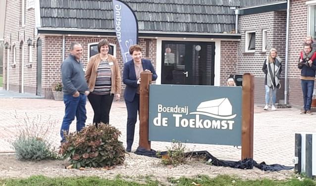 Evert en Martine Legemaat onthullen met wethouder Chantal Broekhuis het bord bij Boerderij de Toekomst.