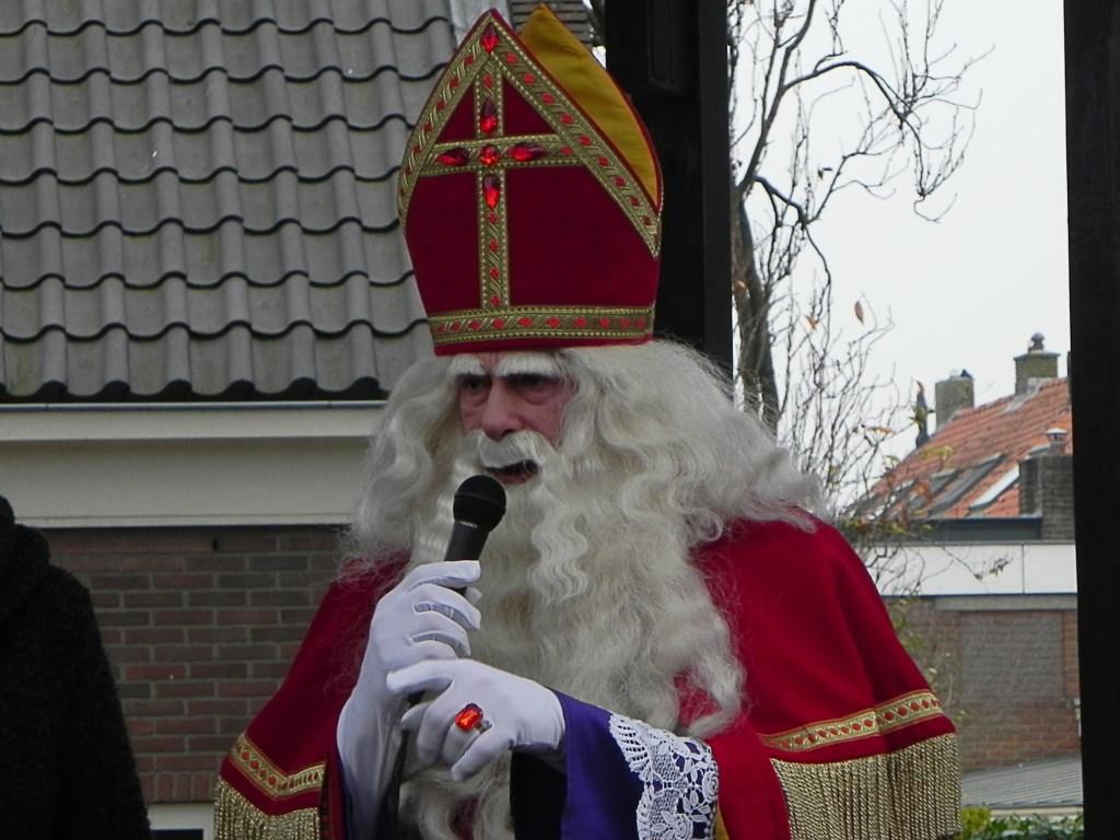 Sinterklaas houdt een toespraakje voor alle mensen die hem zijn komen verwelkomen. Richard Thoolen © BDU media