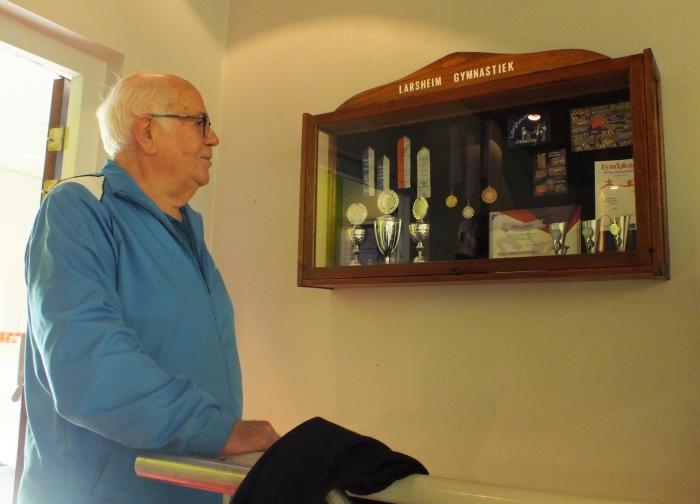 Erelid Gert van den Berg onthult de prijzenkast die hij schonk aan Larsheim Gymnastiek