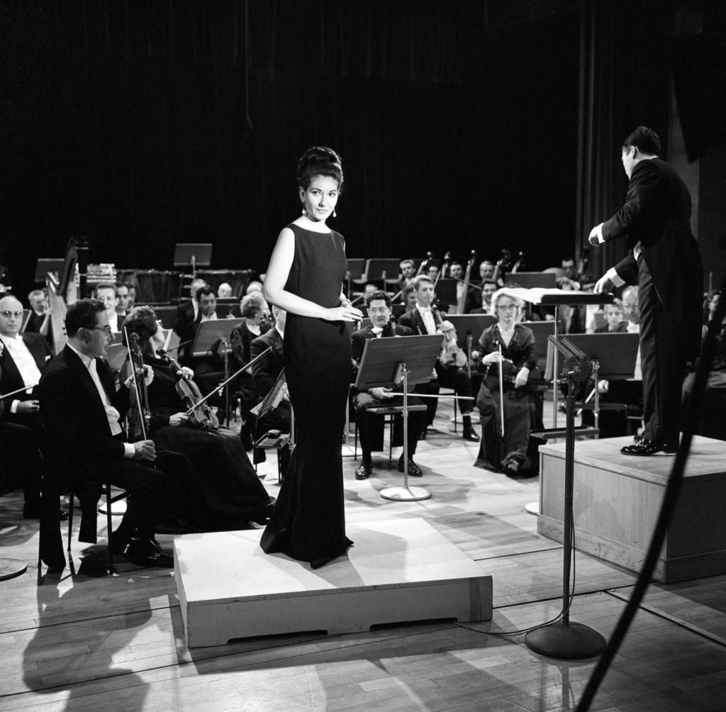 """Maria Callas accompagnée par l'Orchestre National de l'ORTF, dirigé par Georges Prêtre, au studio 102 de la Maison de la Radio pour l'émission télévisée """"les Grands interprètes"""" réalisée par Gérard Herzog"""