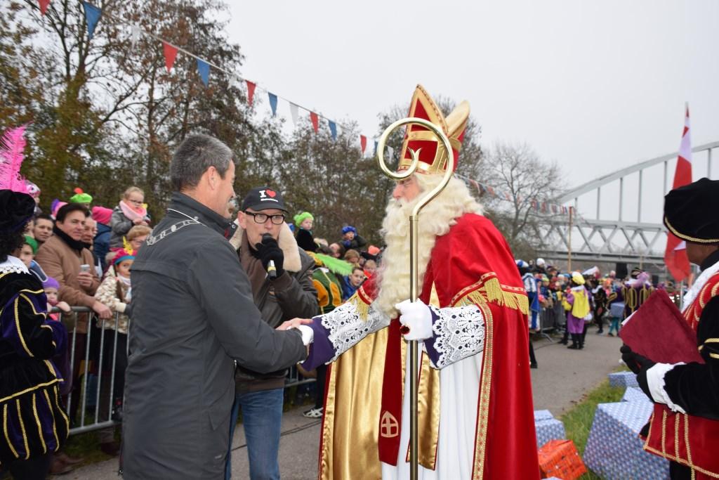 Burgemeester De Jong ontvangt Sinterklaas. Frank Magdelyns © BDU media