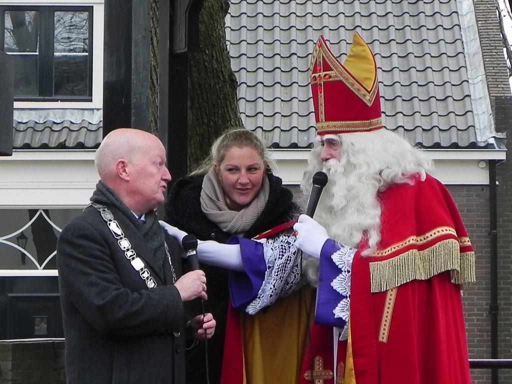 Sinterklaas vraagt aan burgemeester van Bennekom of hij braaf is geweest en iets in zijn schoen heeft gekregen. Richard Thoolen © BDU media