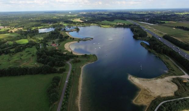 Het recreatiegebied Zeumeren, vanuit de lucht gezien. De overlast is er afgelopen seizoen teruggedrongen door onder meer de inzet van BOA's.
