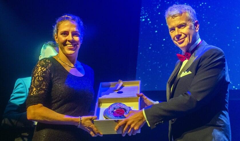 Sportwethouder Hans Buijtelaar met de sportvrouw van het jaar.