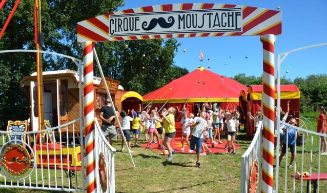 Circus Moustache is er bij tijdens het Wijks Kinder Spektakel