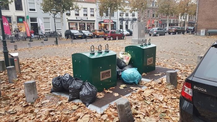 Vuilnizakken in de binnenstad op een zondag in november