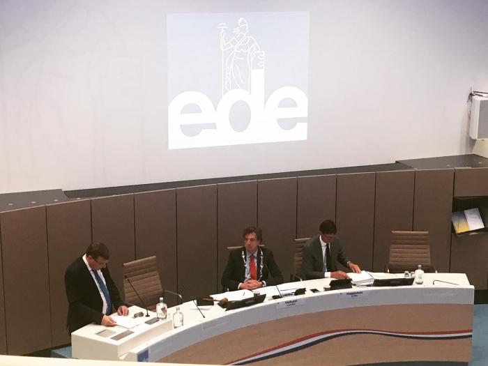 Fractievoorzitter SGP Ede aan het woord in de Edese raadzaal.