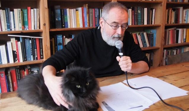 Ronald Giphart spreekt aan zijn keukentafel de audiotour in.