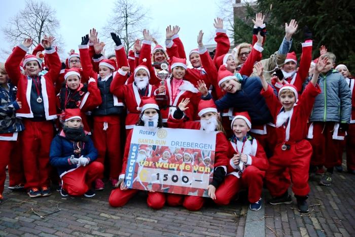 Santa Run cheque voor de scouting