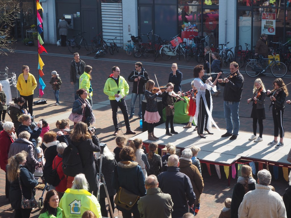 Optreden van violisten tijdens het goed bezochte wijkfeest Vier de Lente, in maart van dit jaar. Mariska Stehouwer © BDU media