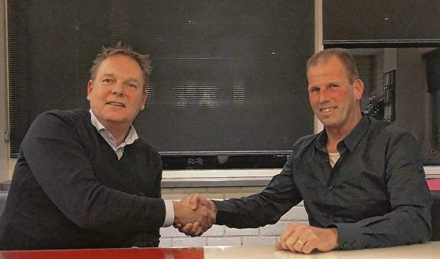 Renswoude-voorzitter Jan Vermeij (links) en trainer Jan van den Heuvel in december 2017 toen Van den Heuvel werd gepresenteerd als opvolger van Dick Eijlander.