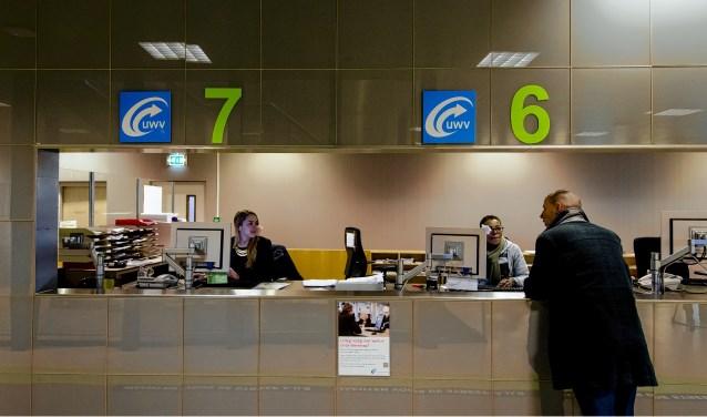Werkzoekenden bij het Werkplein van het UWV. Werkzoekenden en werkelozen kunnen zich hier inschrijve