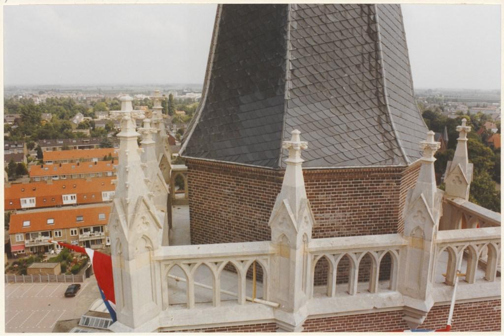 Gezicht vanuit een hoogwerker naast de toren in juni 1992 O.J. Wttewaall (Collectie RHC Utrecht Zuidoost) © BDU media