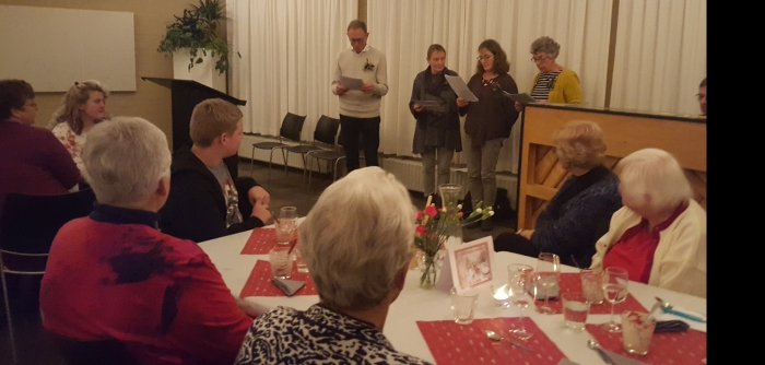 Samenzang vrijwilligers tijdens Kerstdiner