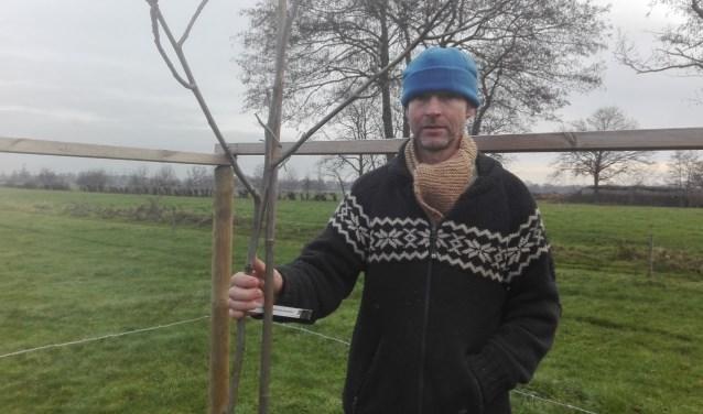 De door Ekoland genomineerde Joop Wantenaar zou graag meer walnoten in zijn weiland planten. Een vergunning is het probleem.