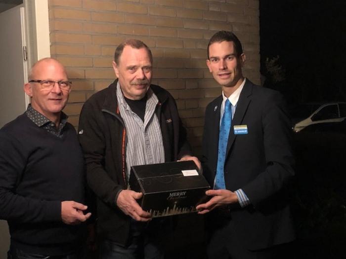 Op de foto: voorzitter avondvierdaagse Scherpenzeel Ad Verbeek, vrijwilliger Rob Krens en Ronald van den Breemer, supermarktmanager Hoogvliet Woudenberg.?