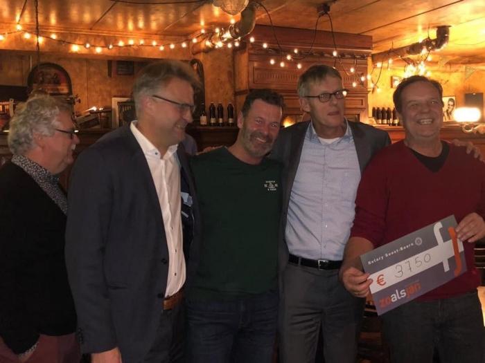 Meino Zandwijk (rechts) ontvangt de cheque van Stan Uyland