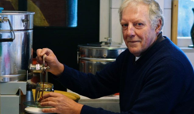 Herman verkoopt de honing onder meer aan de weg voor zijn huis aan de Ronde Hoep Oost.