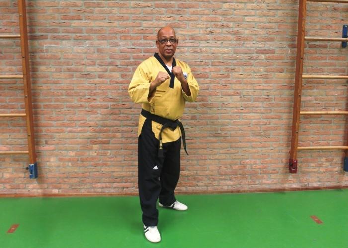 Foto Boven : Sylvestro van der Kooye 7e dan ( hoofdtrainer van taekwondoschool Choi Do Kwan)