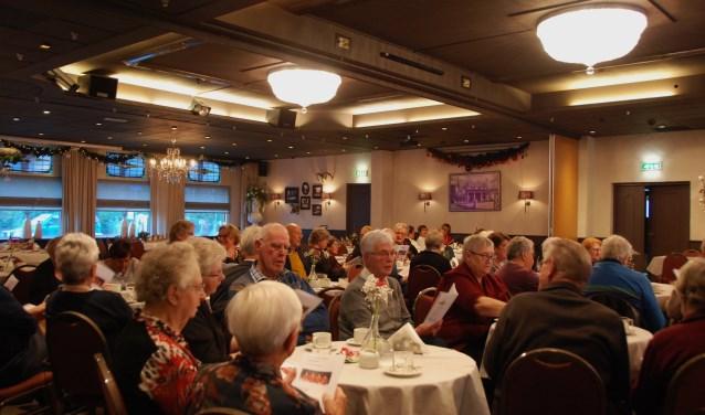 Een volle zaal bij de kerstviering van SWO.